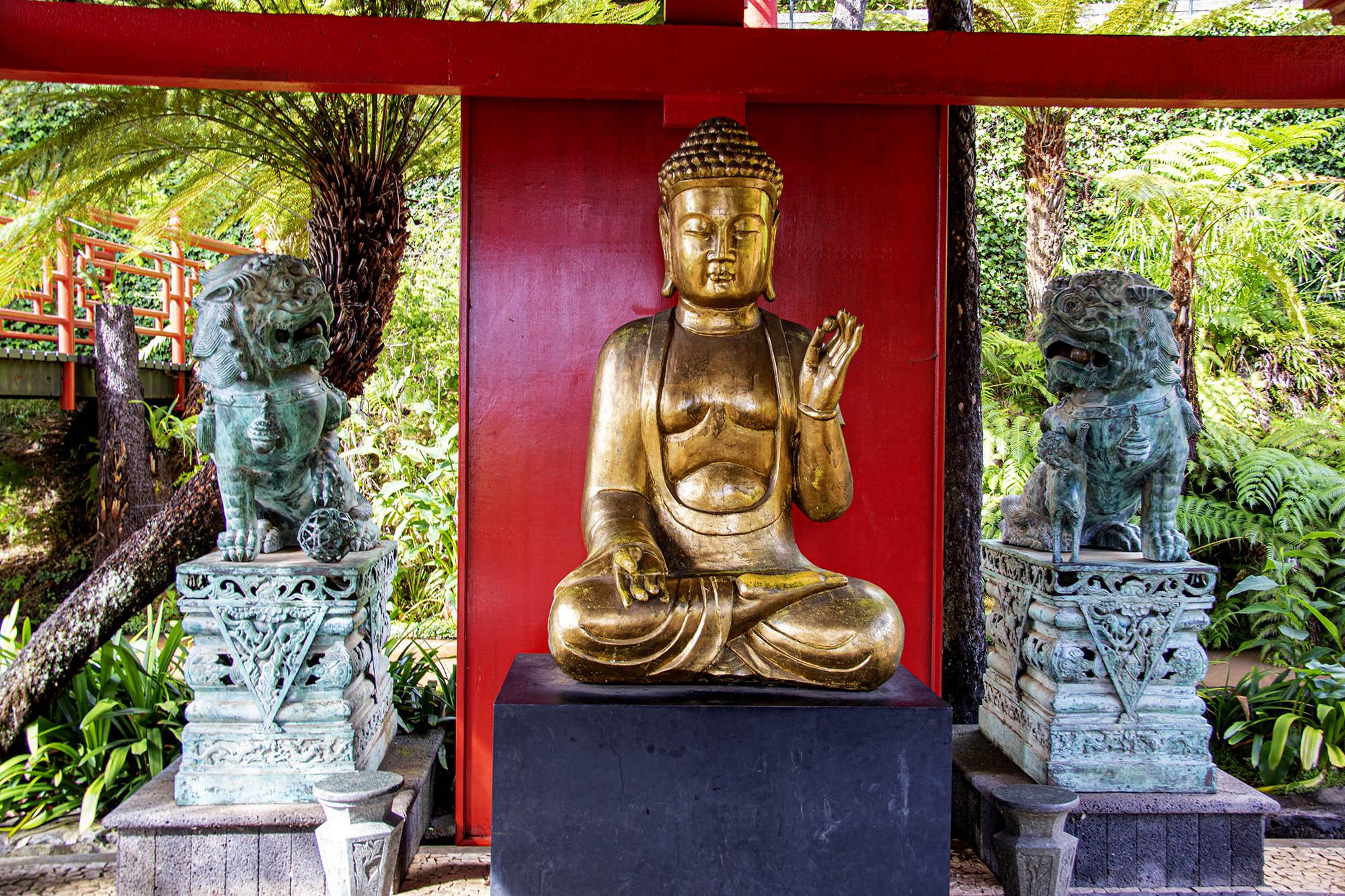 Buddha and Guardian Lions